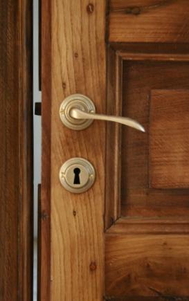 Porta antica in rovere restaurata e corredata di maniglie in ottone in stile