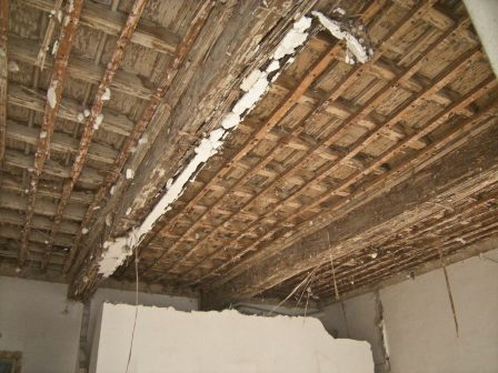 Restauro soffitto a cassettoni prima dell'intervento di sabbiatura