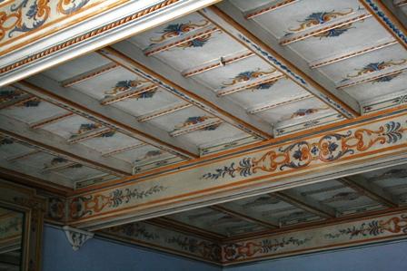 Restauro soffitto a cassettoni dipinto con decorazioni