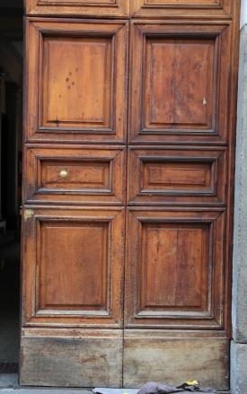Restauro Portone in legno con vernice rovinata
