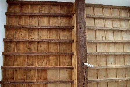 Restauro soffitto in legno: fase di verniciatura