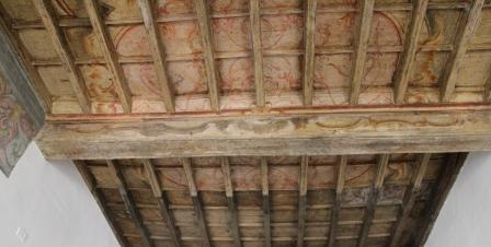 Soffitto a cassettoni antico dipinto con decorazione a calce