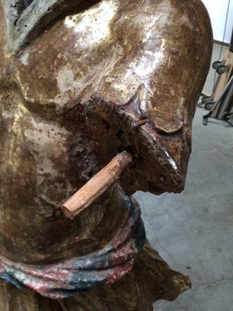 Statua in legno: perno che collega il braccio